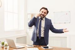 Επιχειρηματίας που μιλά στο τηλέφωνο στην αρχή Στοκ φωτογραφία με δικαίωμα ελεύθερης χρήσης