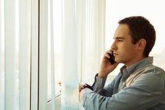 Επιχειρηματίας που μιλά στο τηλέφωνο Στοκ φωτογραφία με δικαίωμα ελεύθερης χρήσης