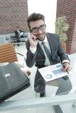 Επιχειρηματίας που μιλά στο smartphone στο γραφείο του Στοκ φωτογραφία με δικαίωμα ελεύθερης χρήσης