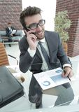 Επιχειρηματίας που μιλά στο smartphone στο γραφείο του Στοκ Εικόνες