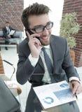 Επιχειρηματίας που μιλά στο smartphone στο γραφείο του Στοκ Φωτογραφία