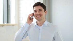Επιχειρηματίας που μιλά στο smartphone στην αρχή Στοκ φωτογραφία με δικαίωμα ελεύθερης χρήσης
