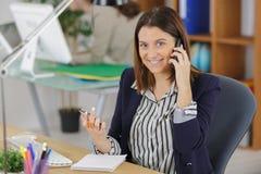 Επιχειρηματίας που μιλούν στο τηλέφωνο και χαμόγελο στην αρχή Στοκ φωτογραφία με δικαίωμα ελεύθερης χρήσης