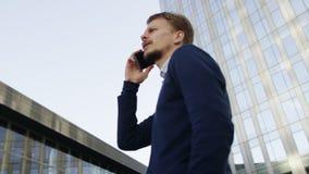 Επιχειρηματίας που μιλά από κινητό στην πόλη φιλμ μικρού μήκους