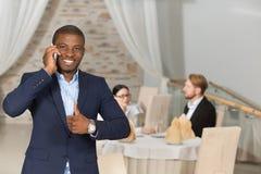 Επιχειρηματίας που μιλά πέρα από το κινητό τηλέφωνο Στοκ Εικόνες