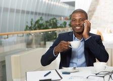 Επιχειρηματίας που μιλά πέρα από το κινητό τηλέφωνο Στοκ φωτογραφίες με δικαίωμα ελεύθερης χρήσης