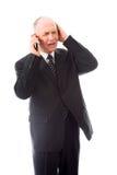 Επιχειρηματίας που μιλά σε ένα κινητό τηλέφωνο και που φαίνεται ανησυχημένος Στοκ εικόνες με δικαίωμα ελεύθερης χρήσης