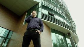 Επιχειρηματίας που μιλά σε ένα τηλέφωνο φιλμ μικρού μήκους