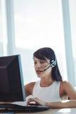 Επιχειρηματίας που μιλά στην κάσκα εργαζόμενη στο τηλεφωνικό κέντρο Στοκ Εικόνα