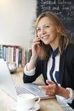 Επιχειρηματίας που μιλά στο κινητό τηλέφωνο στον καφέ Στοκ Φωτογραφία