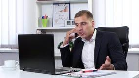 Επιχειρηματίας που μιλά στο τηλέφωνο και νευρικός απόθεμα βίντεο