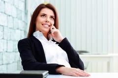 Επιχειρηματίας που μιλά στο τηλέφωνο και που εξετάζει επάνω το copyspace Στοκ Φωτογραφίες