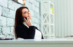 Επιχειρηματίας που μιλά στο τηλέφωνο και που εξετάζει επάνω το copyspace Στοκ εικόνα με δικαίωμα ελεύθερης χρήσης