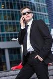 Επιχειρηματίας που μιλά στο τηλέφωνο και που κρατά δικών του Στοκ φωτογραφίες με δικαίωμα ελεύθερης χρήσης
