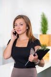 Επιχειρηματίας που μιλά στο τηλέφωνο στην αρχή και Στοκ φωτογραφίες με δικαίωμα ελεύθερης χρήσης