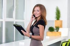 Επιχειρηματίας που μιλά στο τηλέφωνο στην αρχή και Στοκ εικόνες με δικαίωμα ελεύθερης χρήσης