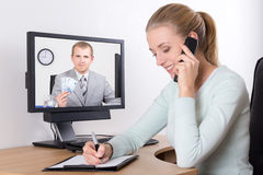 Επιχειρηματίας που μιλά στο τηλέφωνο στην αρχή - υποστήριξη Διαδικτύου Στοκ Εικόνα