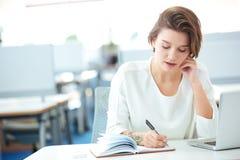 Επιχειρηματίας που μιλά στο τηλέφωνο στην αρχή Στοκ Εικόνα