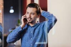 Επιχειρηματίας που μιλά στο τηλέφωνο στην αρχή Στοκ Φωτογραφία