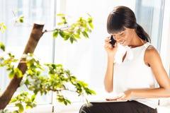 Επιχειρηματίας που μιλά στο τηλέφωνο στην αρχή Στοκ φωτογραφίες με δικαίωμα ελεύθερης χρήσης