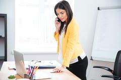 Επιχειρηματίας που μιλά στο τηλέφωνο στην αρχή Στοκ εικόνες με δικαίωμα ελεύθερης χρήσης
