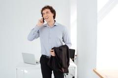 Επιχειρηματίας που μιλά στο τηλέφωνο στην αρχή Στοκ εικόνα με δικαίωμα ελεύθερης χρήσης