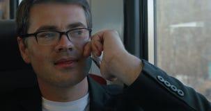 Επιχειρηματίας που μιλά στο τηλέφωνο στο τραίνο φιλμ μικρού μήκους