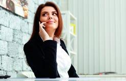 Επιχειρηματίας που μιλά στο τηλέφωνο Στοκ εικόνα με δικαίωμα ελεύθερης χρήσης
