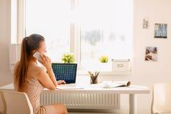 Επιχειρηματίας που μιλά στο τηλέφωνο Στοκ Φωτογραφίες