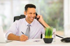 Επιχειρηματίας που μιλά στο τηλέφωνο Στοκ Φωτογραφία