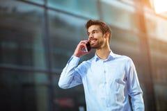Επιχειρηματίας που μιλά στο τηλέφωνό του υπαίθρια Στοκ φωτογραφία με δικαίωμα ελεύθερης χρήσης