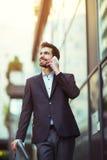 Επιχειρηματίας που μιλά στο τηλέφωνό του υπαίθρια Στοκ φωτογραφίες με δικαίωμα ελεύθερης χρήσης