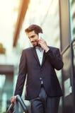 Επιχειρηματίας που μιλά στο τηλέφωνό του υπαίθρια Στοκ εικόνες με δικαίωμα ελεύθερης χρήσης