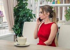 Επιχειρηματίας που μιλά στο smartphone που παίρνει ένα διάλειμμα Στοκ φωτογραφία με δικαίωμα ελεύθερης χρήσης