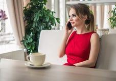 Επιχειρηματίας που μιλά στο smartphone που παίρνει ένα διάλειμμα Στοκ Φωτογραφία