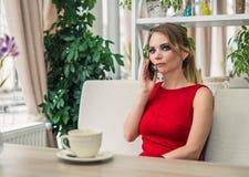 Επιχειρηματίας που μιλά στο smartphone που παίρνει ένα διάλειμμα Στοκ Εικόνες