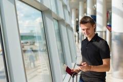 Επιχειρηματίας που μιλά στο smartphone που περπατά μέσα Στοκ φωτογραφία με δικαίωμα ελεύθερης χρήσης