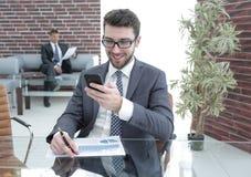 Επιχειρηματίας που μιλά στο smartphone στην αρχή Στοκ Φωτογραφία
