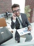 Επιχειρηματίας που μιλά στο smartphone στο γραφείο του Στοκ φωτογραφίες με δικαίωμα ελεύθερης χρήσης