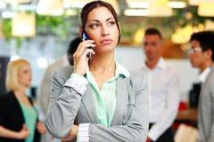 Επιχειρηματίας που μιλά στο smartphone Στοκ Εικόνα