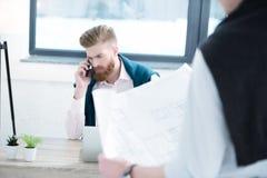 Επιχειρηματίας που μιλά στο smartphone Στοκ φωτογραφίες με δικαίωμα ελεύθερης χρήσης