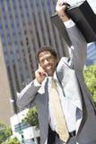 Επιχειρηματίας που μοιράζεται τη νίκη του που χρησιμοποιεί το κινητό τηλέφωνο στοκ εικόνα με δικαίωμα ελεύθερης χρήσης