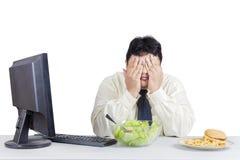Επιχειρηματίας που δοκιμάζει τη διατροφή στοκ φωτογραφία