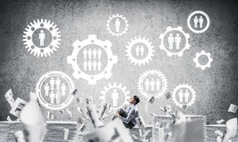 Επιχειρηματίας που ονειρεύεται για τη μελλοντική επιχείρηση Στοκ εικόνα με δικαίωμα ελεύθερης χρήσης