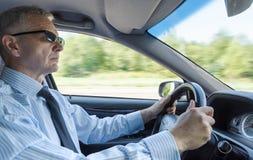 Επιχειρηματίας που οδηγεί ένα αυτοκίνητο Στοκ φωτογραφία με δικαίωμα ελεύθερης χρήσης