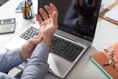 Επιχειρηματίας που πάσχει από τον πόνο καρπών στοκ εικόνες