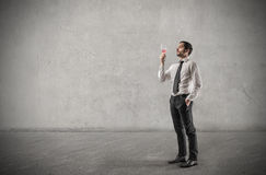 Επιχειρηματίας που πίνει ένα ποτήρι του κρασιού Στοκ Φωτογραφίες