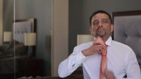 Επιχειρηματίας που παίρνει ντυμένος στη συνεδρίαση πρωινού στο κρεβάτι απόθεμα βίντεο