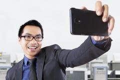 Επιχειρηματίας που παίρνει την αυτοπροσωπογραφία Στοκ εικόνες με δικαίωμα ελεύθερης χρήσης