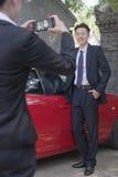 Επιχειρηματίας που παίρνει την εικόνα του επιχειρηματία δίπλα στο αυτοκίνητό του Στοκ Φωτογραφία